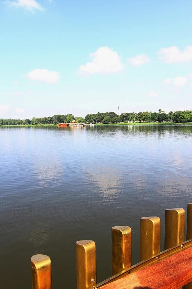Phía cuối đường nhìn về bến Nghinh Lương Đình và Cột Cờ ở bờ bắc sông Hương