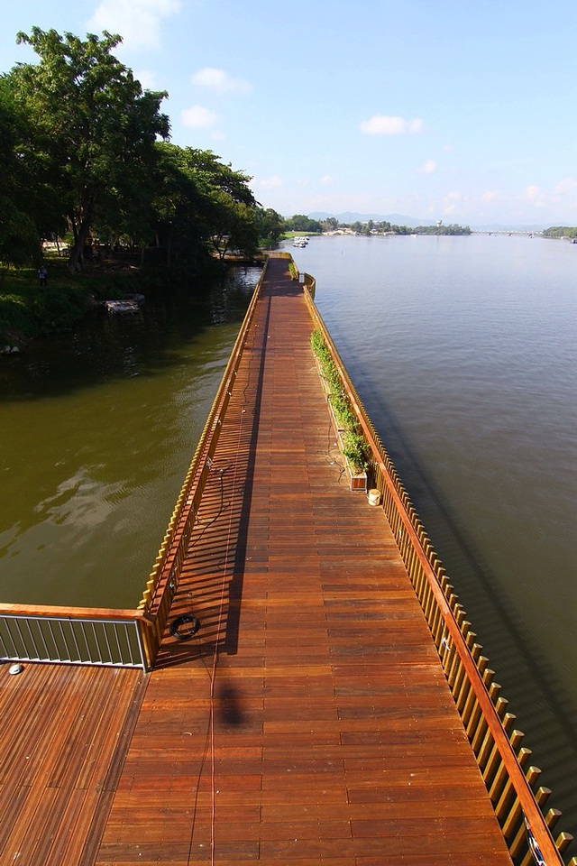 Con đường đi bộ ven sông Hương lát gỗ lim có xuất xứ từ Nam Phi. Chi phí cho riêng gỗ lim là trên 5,7 tỷ đồng.