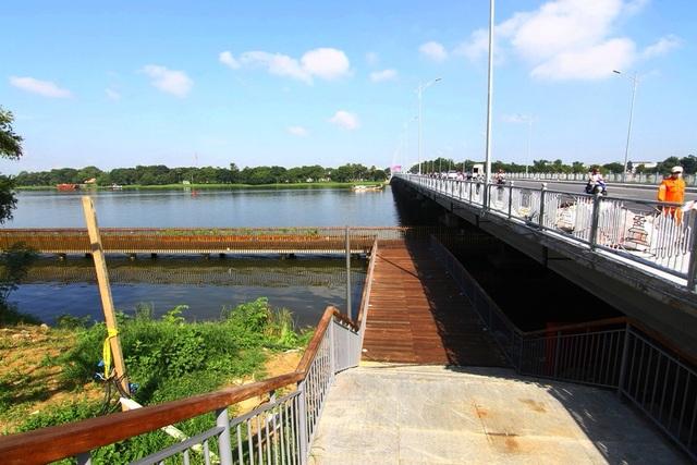 Một trong các cầu thang dẫn từ đường phía trên công viên xuống đường đi bộ ven sông Hương