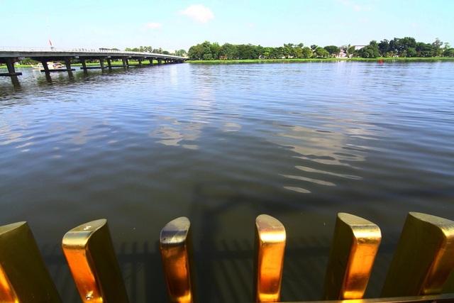Nhìn về phía cầu Phú Xuân