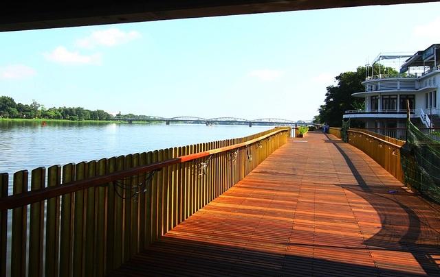 Đi qua gầm cầu Phú Xuân