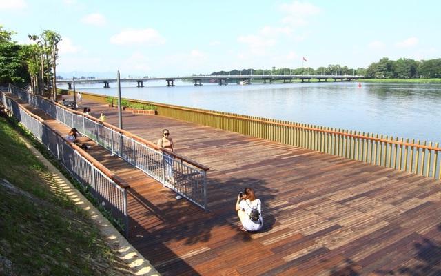 Con đường gỗ lim tạo một cảm giác hết sức dễ chịu vì chất liệu gỗ ấm áp nằm bên cạnh sông Hương mát mẻ