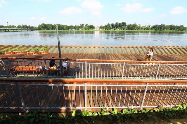 Cận cảnh đường gỗ lim siêu đẹp ven sông Hương - 6
