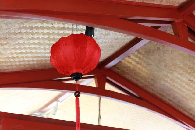 Bên trong con thuyền được trang trí bắt mắt, khoang khách sử dụng từ những vật liệu sẵn có trong tự nhiên