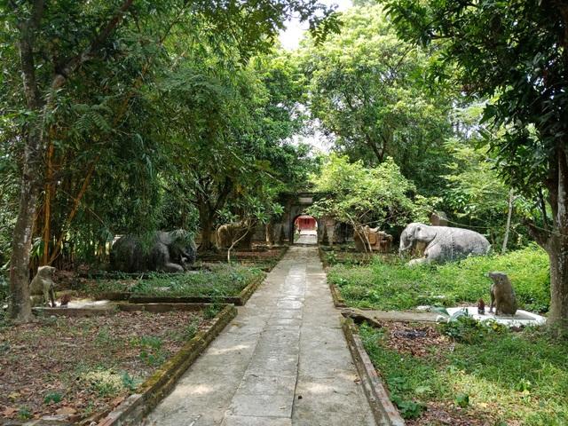 Từ cổng đền đi vào có nhóm tượng chầu bằng đá như chó, voi, ngựa... nền đường được lát đá xanh nguyên khối.