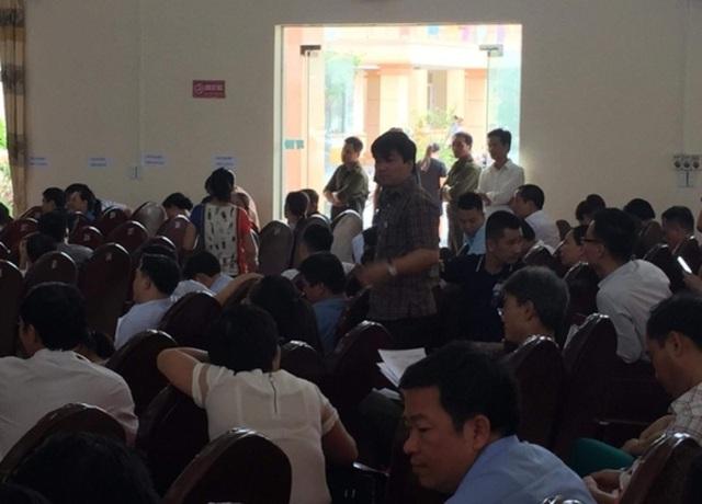 Quang cảnh buổi đấu giá đất tại xã Quảng Tân, huyện Quảng Xương - sự việc nhà báo Trần Đại đang tìm hiểu theo phản ánh của người dân.
