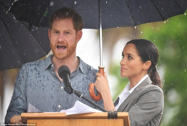 Meghan Markle che ô khi chồng có bài phát biểu tại Úc