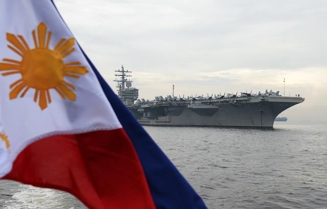 Tàu sân bay hạt nhân USS Ronald Reagan của Mỹ neo đậu tại vịnh Manila, Philippines hồi tháng 6. (Ảnh: AFP)