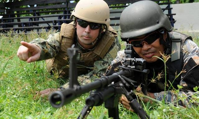 Lính hải quân Mỹ hướng dẫn một binh sĩ Philippines tập trận tại phía tây Manila. (Ảnh: AFP)