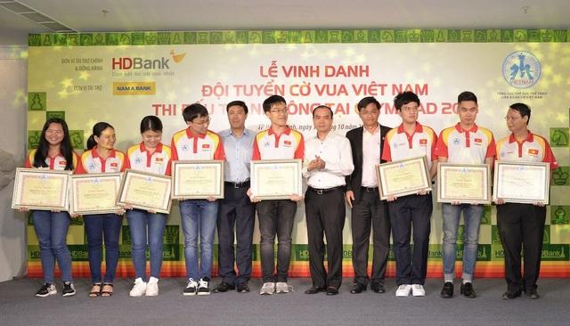 Ông Trần Ngọc Tâm – Tổng Giám đốc Nam A Bank (thứ 4 từ phải sang) cùng các nhà tài trợ đại diện Liên đoàn Cờ Việt Nam trao bằng khen cho những kỳ thủ có thành tích xuất sắc tại giải vô địch cờ vua Olypiad 2018 vừa qua.