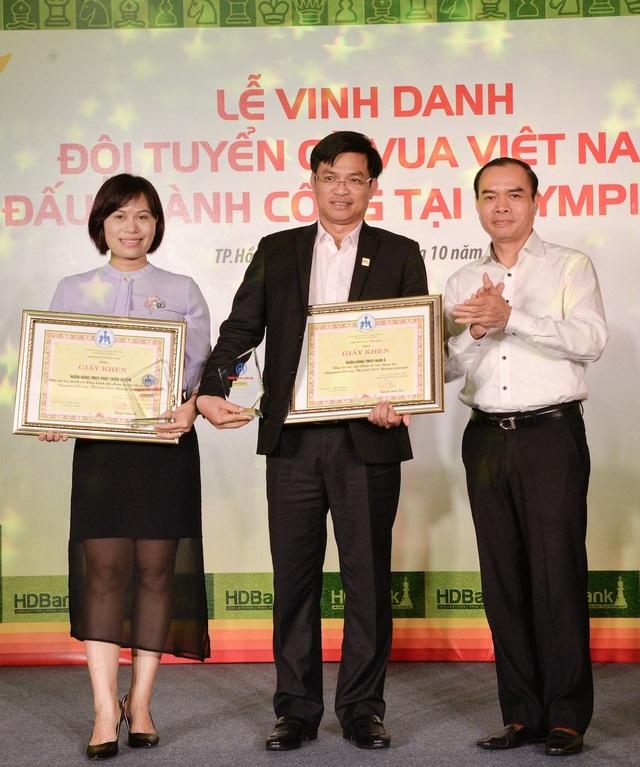 Ông Nguyễn Đồng Tiến - Chủ tịch Liên đoàn Cờ Việt Nam trao bằng khen và Kỷ niệm chương cho các Đơn vị Tài trợ