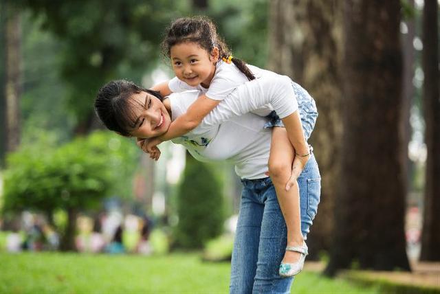 Hoa hậu Hương Giang chọn phương châm làm mẹ khoa học, nuôi dưỡng theo những gì con thích, con làm được và làm tốt