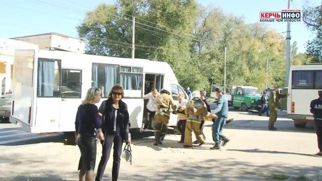 Những người bị thương được đưa lên xe cấp cứu.