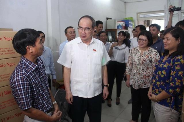 Bí thư Nguyễn Thiện Nhân hỏi thăm tình hình sản xuất kinh doanh của cơ sở Bảo Ngọc