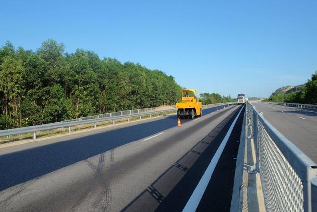 Nhà thầu tiến hành sửa chữa những hư hỏng trên tuyến cao tốc từ lý trình Km0+000 – Km65+000