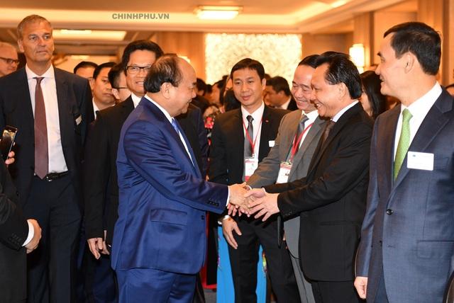 Thủ tướng gặp gỡ các doanh nghiệp tại Diễn đàn. Ảnh: VGP/Quang Hiếu