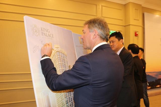Huyền thoại Manchester United thăm quan dự án King Palace - 2