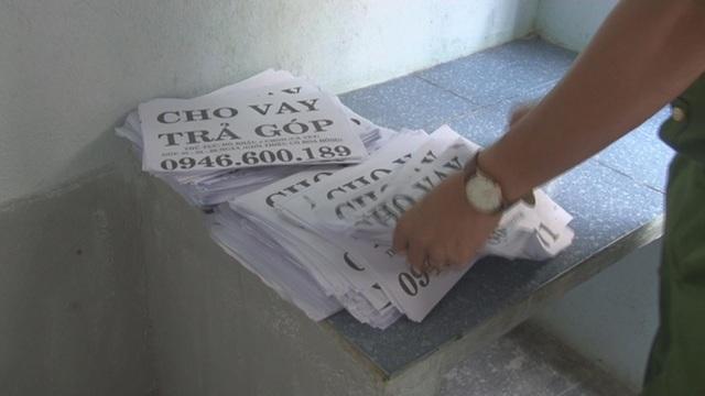Những tờ rơi vay tiền với thủ tục đơn giản được phát và dán khắp nơi