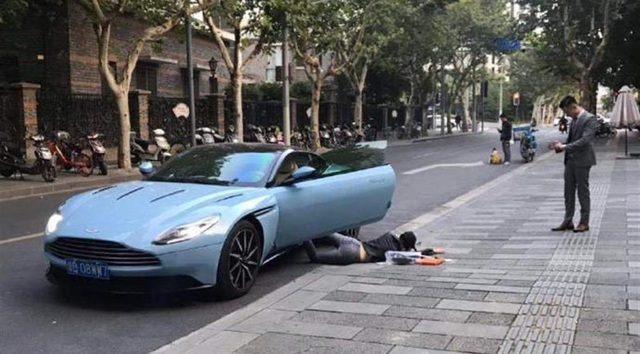 Ngã xe khoe đồ là một trào lưu đang thịnh hành tại Trung Quốc và nhiều quốc gia trên thế giới.