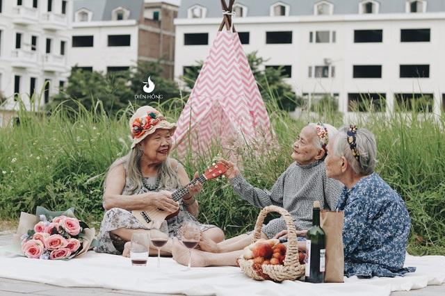 Những hình ảnh đời thường, vui vẻ của các cụ già U90 sau khi được đăng tải trên mạng xã hội đã lập tức gây sốt