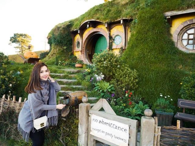 Cô gái cũng tới thăm phim trường dựng bối cảnh làng người lùn Hobbit trong phim bom tấn Chúa tể những chiếc nhẫn