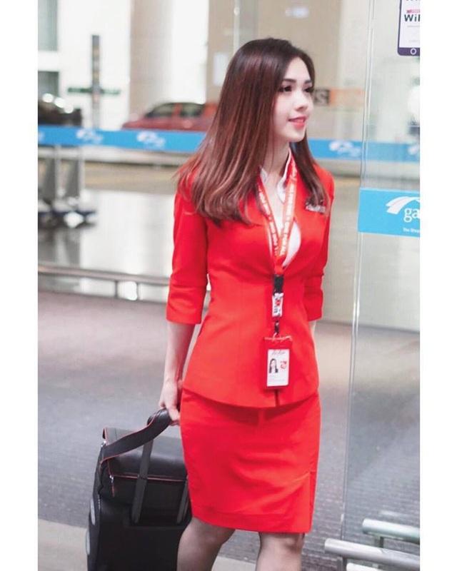 Khoảnh khắc ngọt ngào thu hút của nữ tiếp viên trong đồng phục của hãng