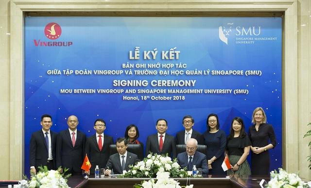 Ông Nguyễn Việt Quang (Phó Chủ tịch kiêm Tổng giám đốc Tập đoàn Vingroup) và ông Arnoud de Meyer, Chủ tịch trường Đại học SMU ký chứng kiến Bản hợp tác.