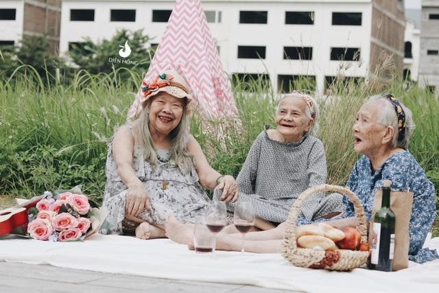 Ba cụ bà thực hiện bộ ảnh là: bà Nguyễn Thị Kim (84 tuổi), bà Trần Thị Mai Lâm (77 tuổi), đặc biệt bà Phạm Thị Cẩn đã 94 tuổi