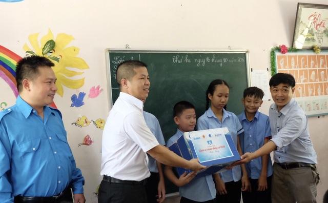 Ban tổ chức chương trình Chia sẻ cùng thầy cô năm 2018 thăm thực tế và tặng quà đến thầy trò ở cơ sở có thầy, cô được đề cử tham gia giải thưởng Gương giáo viên tiêu biểu của chương trình.