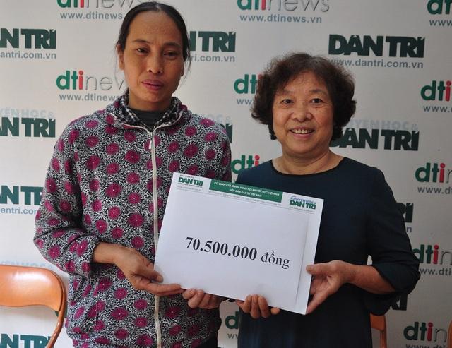 Bà Phạm Thị Châu - Kế toán trưởng báo điện tử Dân trí trao số tiền bạn đọc giúp đỡ trong tuần 4/9 đến gia đình em Xuân.