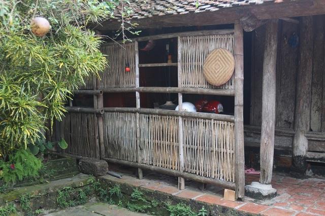 Cũng như những ngôi nhà cổ khác tại Đường Lâm, ngôi nhà của ông Hùng được thiết kế 4 gian phòng khách và 2 buồng 2 bên. Ngôi nhà phần lớn được xây dựng bằng gỗ nhưng đã bị bào mòn theo thời gian.