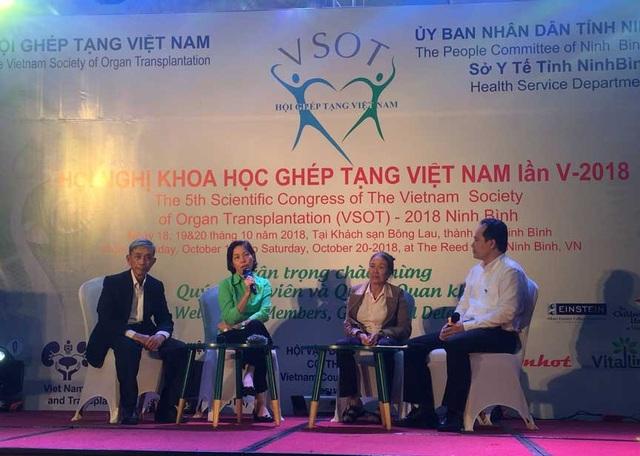 Từ trái qua phải: Ông Lê Xuân Cựu, chị Nguyễn Hải Vân, bà Đinh Thị Thông và ThS. Nguyễn Hoàng Phúc