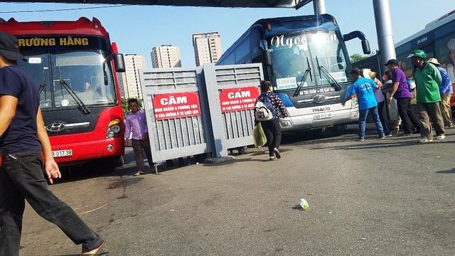 Việc dừng xe bắt khách ngay tay cổng ra của bến xe Giáp Bát.