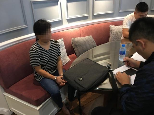 Chị B.T.H. - người giúp việc đang làm việc với cơ quan chức năng tại nhà anh Linh ngày 16/10 vừa qua. (Ảnh: nhân vật cung cấp).