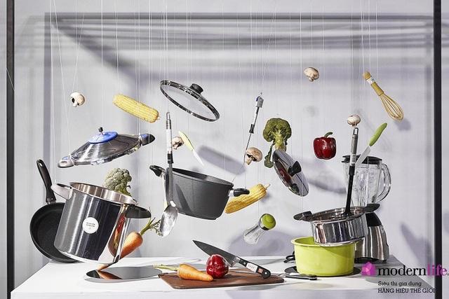 Nghệ thuật sắp đặt với những dụng cụ nhà bếp được treo lơ lửng, tạo hiệu ứng thị giác sống động.