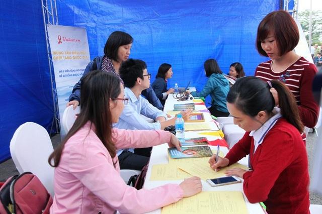 Các tình nguyện viên đăng ký hiến mô, tạng tại lễ phát động.
