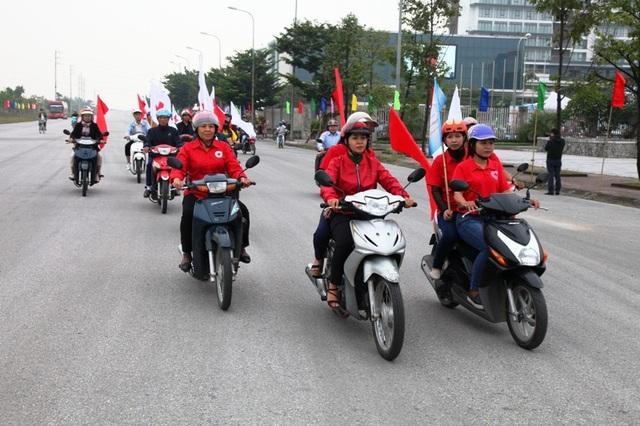 Các thành viên Hội Chữ thập đỏ Ninh Bình diễu hành tuyên truyền người dân thông điệp cho đi là còn mãi.