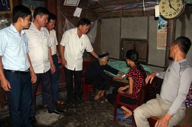 Tiếp nhận số tiền trên, cụ Hương quá cảm động, cầm đưa cho chồng để động viên.