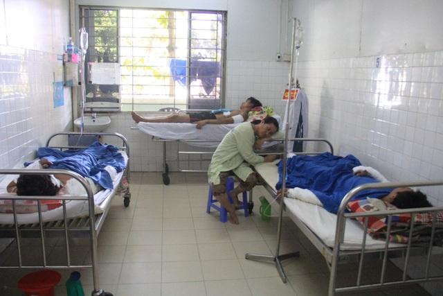 Cả 8 bệnh nhân nhập viện trong tình trạng bị bỏng từ 30-50%; hiện đều đã qua cơn nguy kịch.