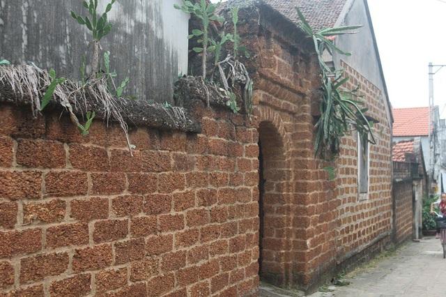 Cổng nhà được làm hoàn toàn bằng đá ong. Theo ông Hùng, trước khi được công nhận là nhà cổ thì đã có nhiều người tới hỏi mua ngôi nhà với giá hơn 1 tỷ đồng nhưng ông không bán vì muốn giữ lại những nét cổ truyền, văn hóa cho con cháu.