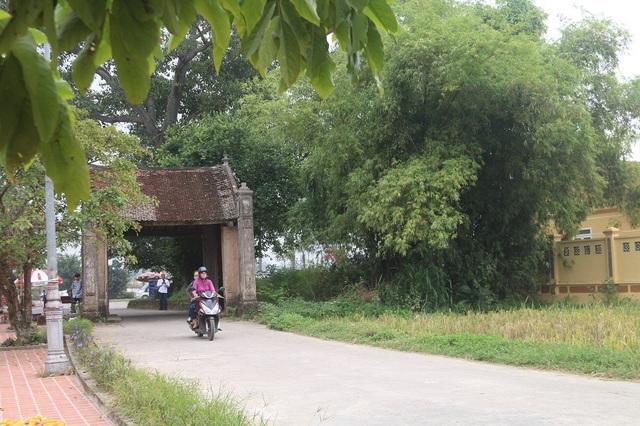 Cách Hà Nội 40 km về phía Tây, nằm cạnh QL32, Đường Lâm là làng cổ đầu tiên ở Việt Nam được trao bằng Di tích lịch sử văn hóa Quốc gia. Hiện nay, nơi đây vẫn còn giữ được những nét đặc trưng cơ bản của một ngôi làng Việt với cổng làng, cây đa, bến nước, sân đình...