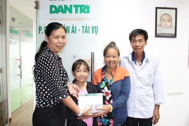 Nhà báo Toàn Thắng trao Quỹ nhân ái bạn đọc giúp bé Quỳnh Như