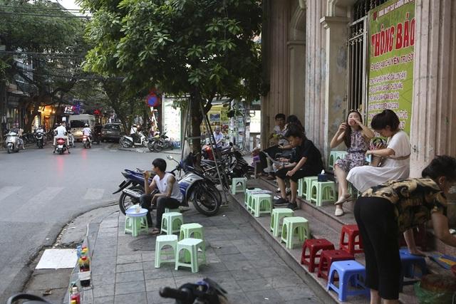 Bắt đầu từ chiều tối thứ 6 hàng tuần, các tuyến phố cổ trung tâm quanh khu vực bờ hồ Hoàn Kiếm trở thành tụ điểm vui chơi của người dân Hà Nội vì có chợ đêm trên trục đường Hàng Đào - Đồng Xuân, có thêm nhiều phố đi bộ, người đổ về nườm nượp.