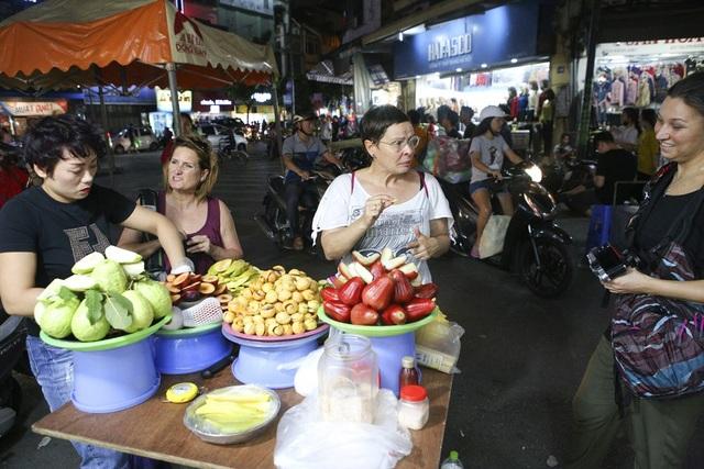Các cửa hàng bán hoa quả hấp dẫn khách du lịch trên phố Hàng Đào.