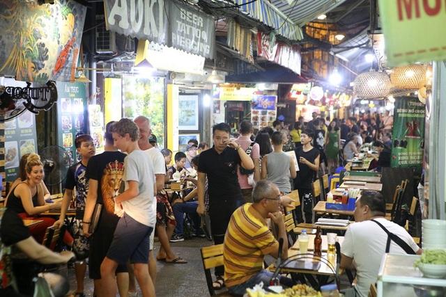 Phố Tạ Hiện không còn chỗ trống lúc 19h. Đây là con phố với rất nhiều nhà hàng, quán ăn vỉa hè, quán rượu, câu lạc bộ... Có thể nói đây là trung tâm ăn chơi của phố cổ Hà Nội.