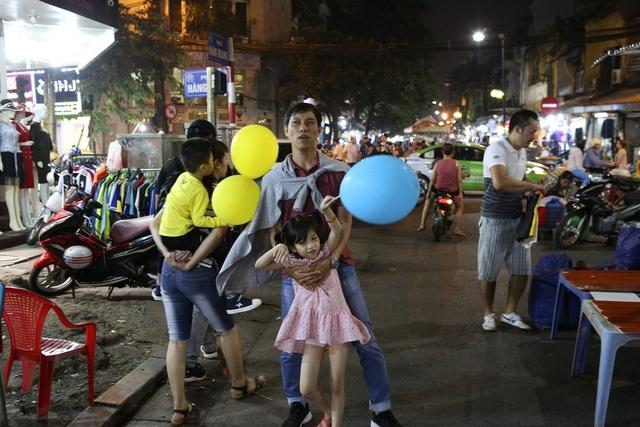 Người dân đi chơi chợ đêm.