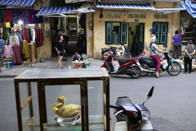 Tuy vậy, nhịp sống thường nhật vẫn diễn ra, các chợ trong phố họp vẫn đông cho đến sẩm tối vì nhu cầu của người mua còn cao.