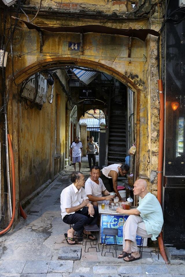 Trong tất bật của thời điểm cuối ngày, rất nhiều hoạt động đang diễn ra trong khu phố cổ, trong đó có cả những người hưu trí vẫn bình thản ngồi trò chuyện bên bàn trà mặc cho mọi thứ diễn ra xung quanh.
