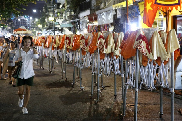 Trục đường Hàng Đào - Đồng Xuân cấm xe từ 18h ngày thứ 6, nơi đây hình thành một khu chợ đêm sầm uất vô cùng đông đúc, các ki-ốt cơ động được phép dựng trên lòng đường trong thời gian bán hàng. Trong ảnh là những ki-ốt xếp hàng dài chuẩn bị được dựng lên bày hàng hóa lúc 18h.
