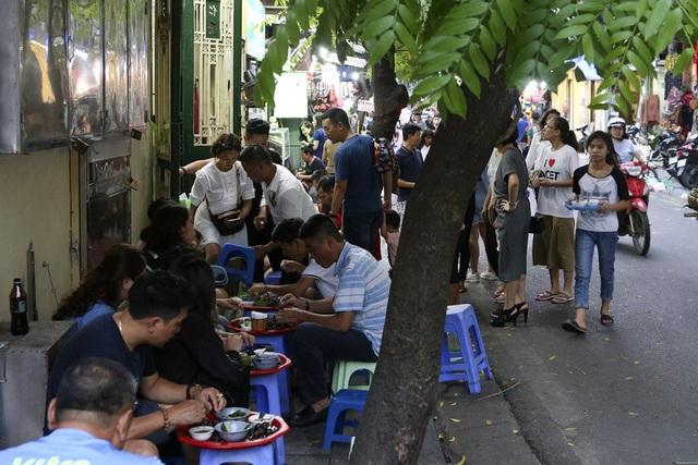 Các quán ăn chơi trong khu phố cổ nhiều vô kể, ngày cuối tuần người dân có thể thưởng thức ẩm thực thoải mái trên vỉa hè. Trong ảnh là phố Đinh Liệt.